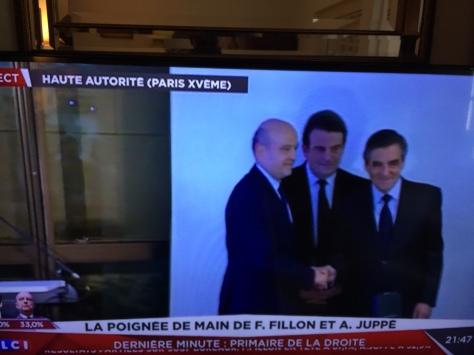 Forte image symbolique : la poignée de main entre Fillon et Juppé