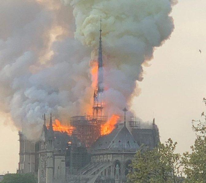 HALLUCINANT : NOTRE DAME DE PARIS EN FEU !